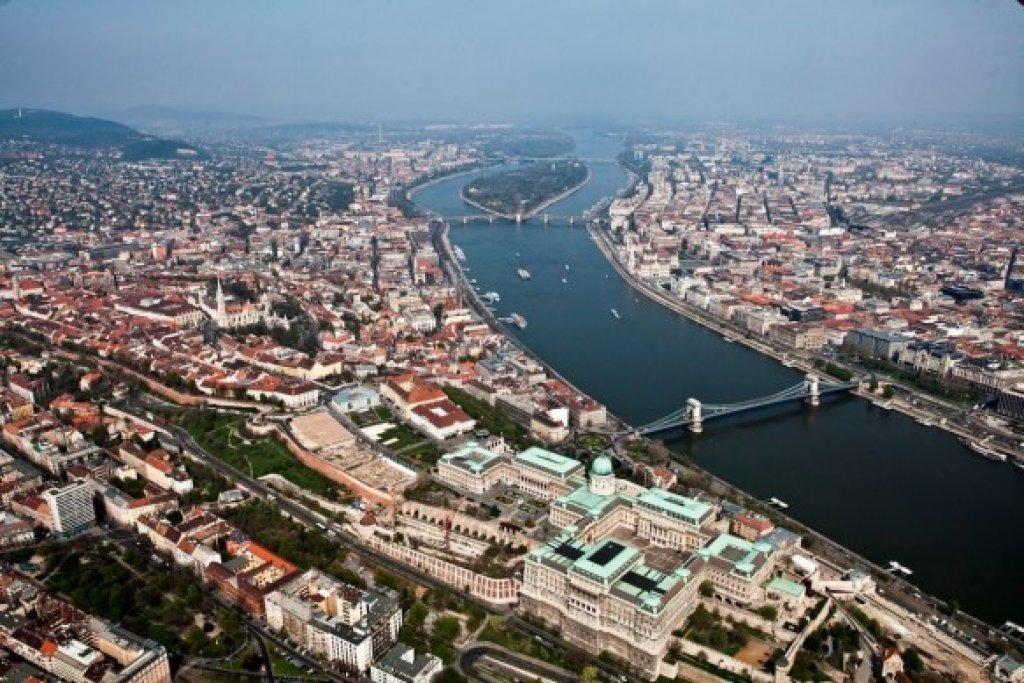 A flight above Budapest in a 4 passenger plane