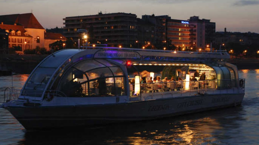 Budapest 2.5-Hour Night Stroll and Boat Cruise